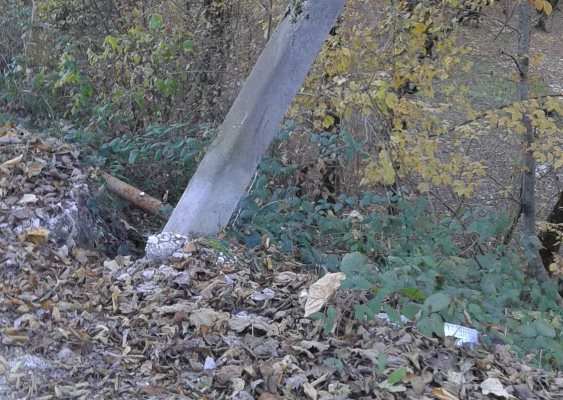 Упавший столб линии электропередач